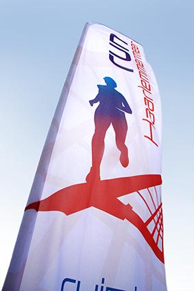 Beachflag voor de Haarlemmermeer Run. Een opvallende vlag, ter aankleding van het hardloop evenement.