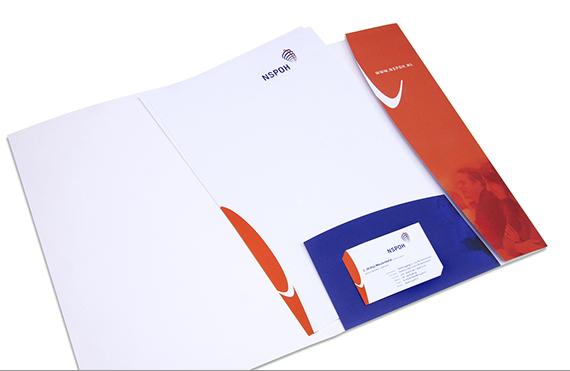 Opengeslagen documentatiemapje van de NSPOH, stansvorm passend bij de huisstijl