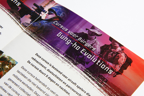 Helder vormgegeven folder voor Gung-ho airsoftschool. Een drieluik tweezijdig full colour. Close-up van de binnenzijde.