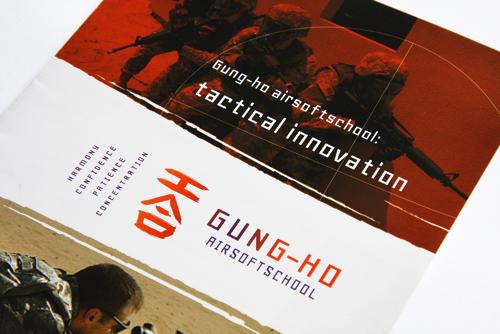 Helder vormgegeven folder voor Gung-ho airsoftschool. Een drieluik tweezijdig full colour. Close-up van het cover.