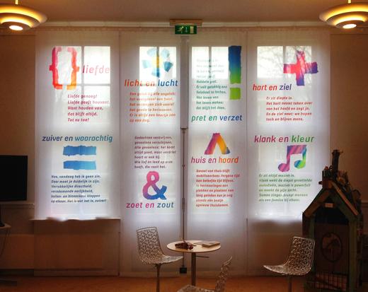 Raam banieren voor expositie Leestekens, stichting Cordaan. Productie is ook verzorgd door Blink. Met thema-logo gescheurd uit papier en digitaal bewerkt.